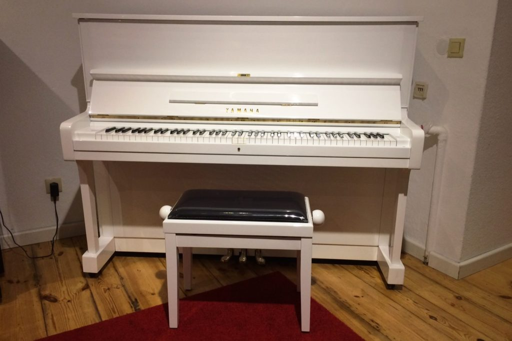 pianohaus stieler yamaha u1 klavier 121 cm wei hochglanz. Black Bedroom Furniture Sets. Home Design Ideas